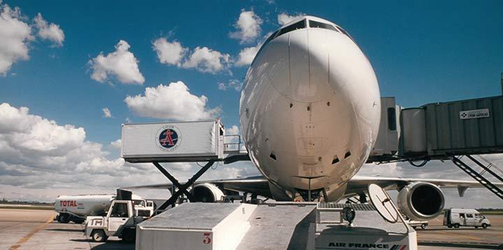 Un avion de la compagnie Catair se fait ravitailler par les services de restauration inflight du Groupe Newrest