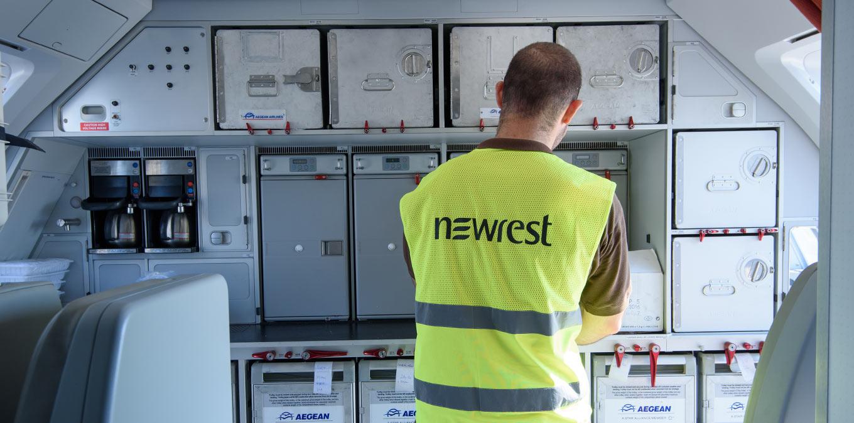 Un agent du Groupe Newrest est en train de charger les repas sur la compagnie aérienne Galley