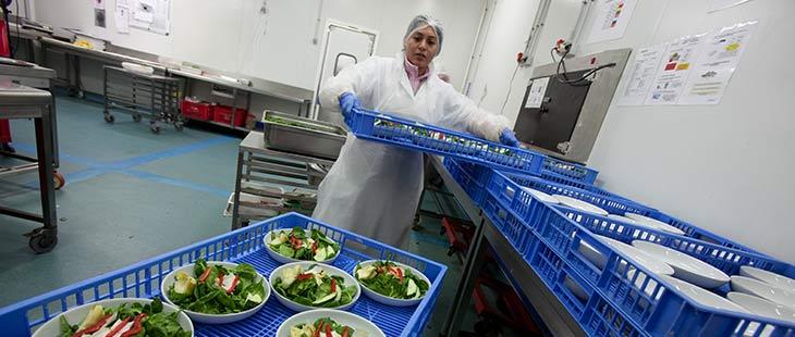Cuisinière du Groupe Newrest travaillant dans les cuisines du groupe pour servir les différentes compagnies aériennes
