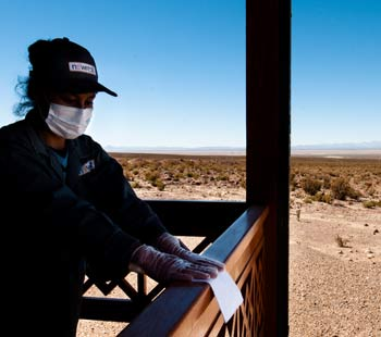 Une employée d'une des compagnies pétrolières, minières et gazières du Groupe Newrest
