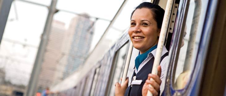 Une hôtesse de la compagnie ferroviaire Wagons-Lits du Groupe Newrest regarde par la porte
