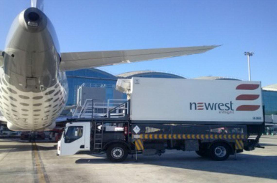 Avion au sol approvisionné par un camion de chez Newrest à Alicante