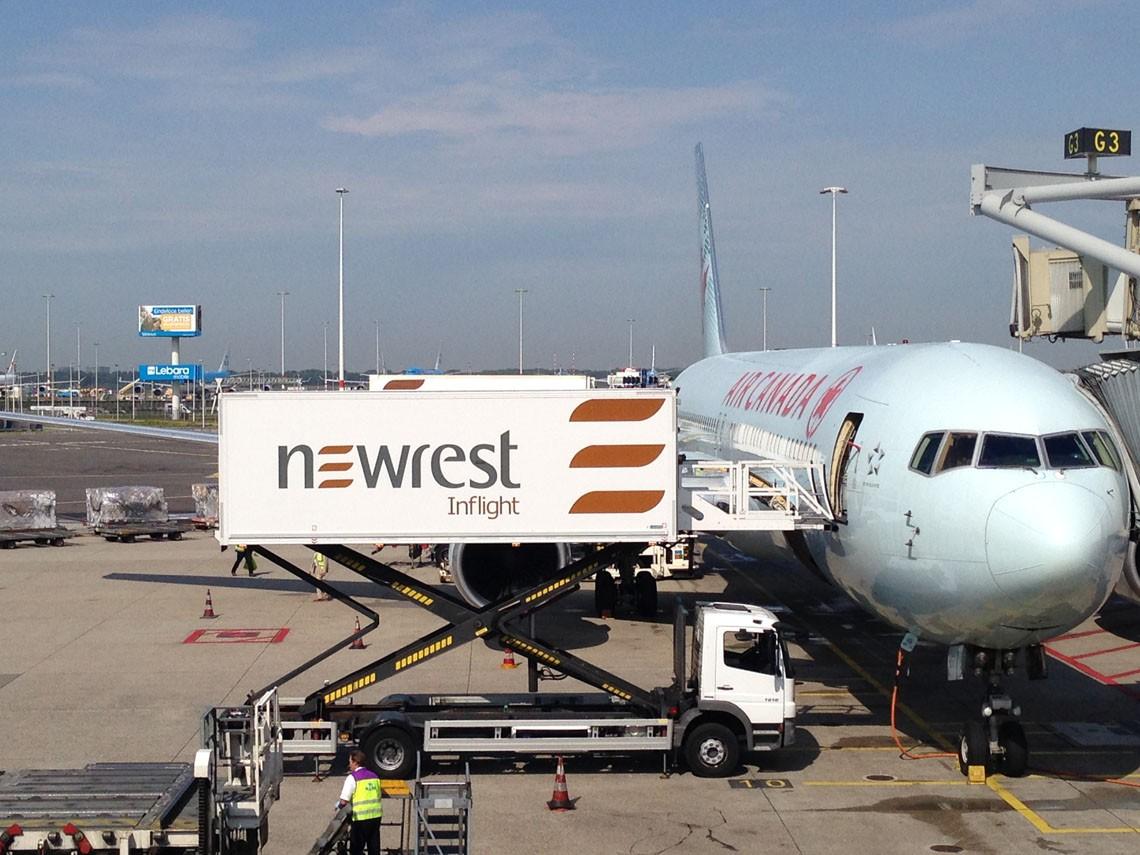 Avion au sol avec un camion de Newrest à Amsterdam