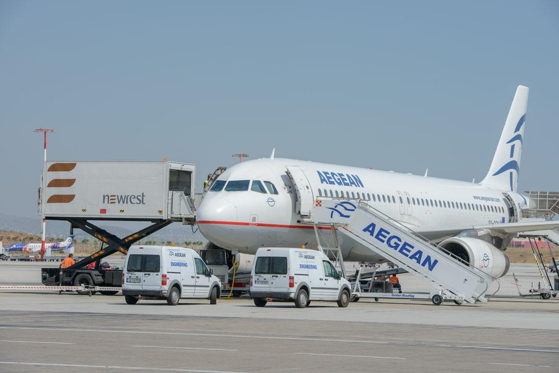 Avion au sol servit par un camion de Newrest à Athènes
