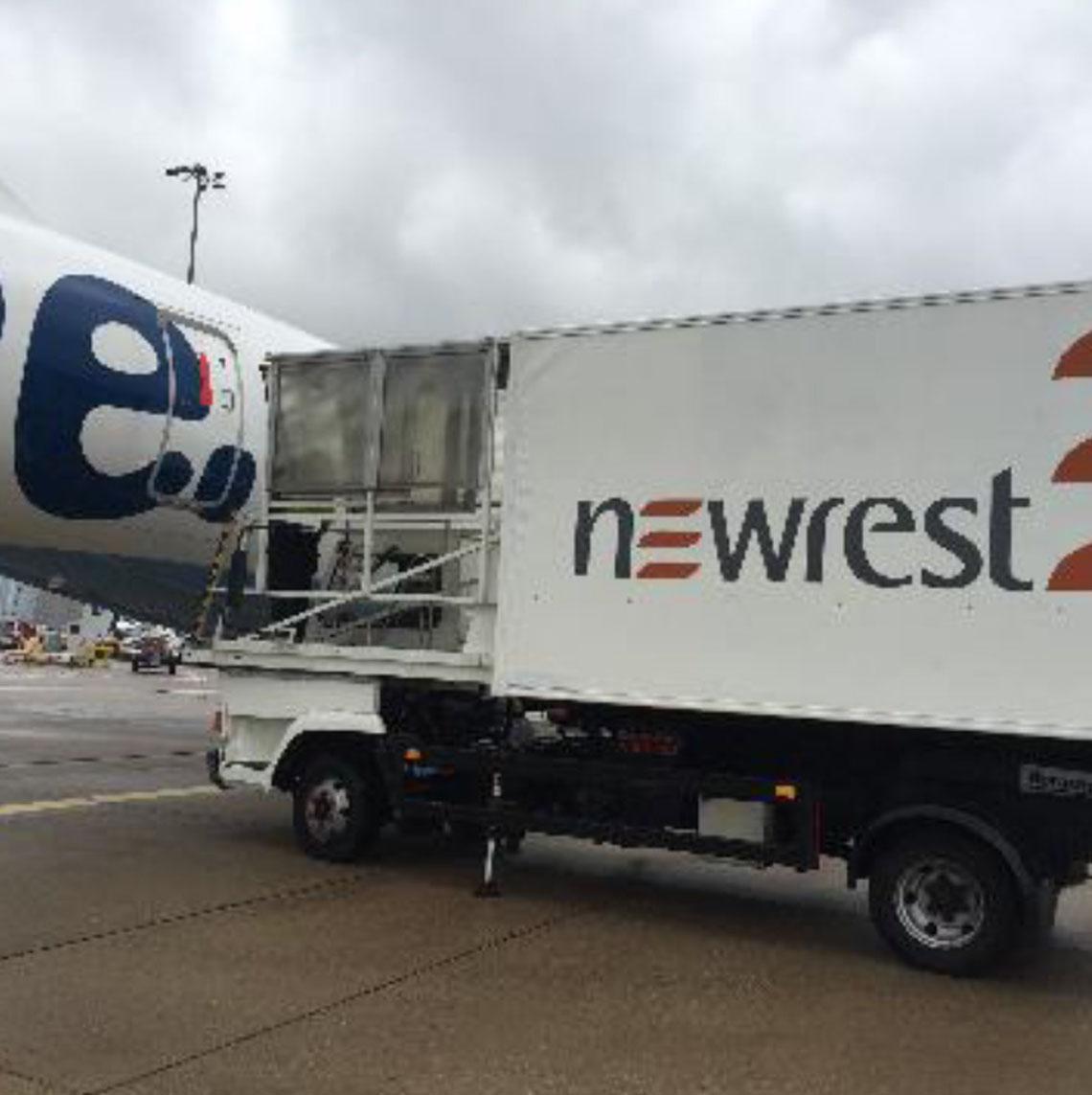 Avion au sol avec un camion de Newrest à Birmingham