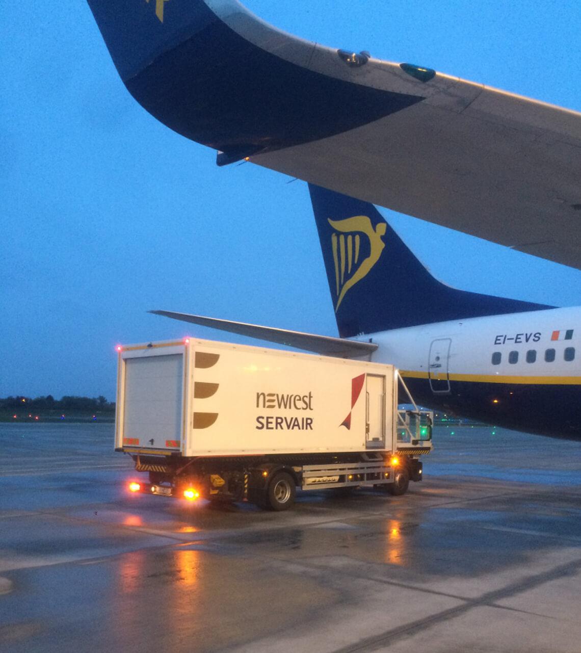Avion au sol servit par un camion de Newrest à Charleroi