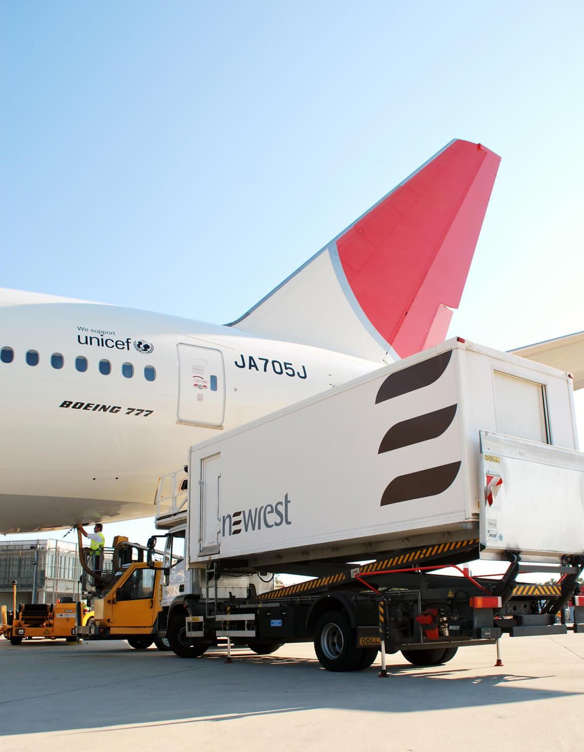 Avion au sol avec un camion de Newrest à Dubrovnik