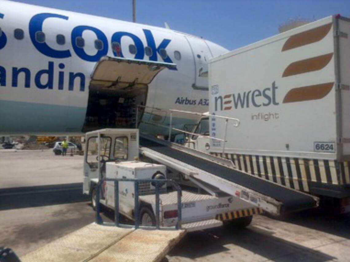 Avion au sol approvisionné par une camion Newrest à Las Palmas