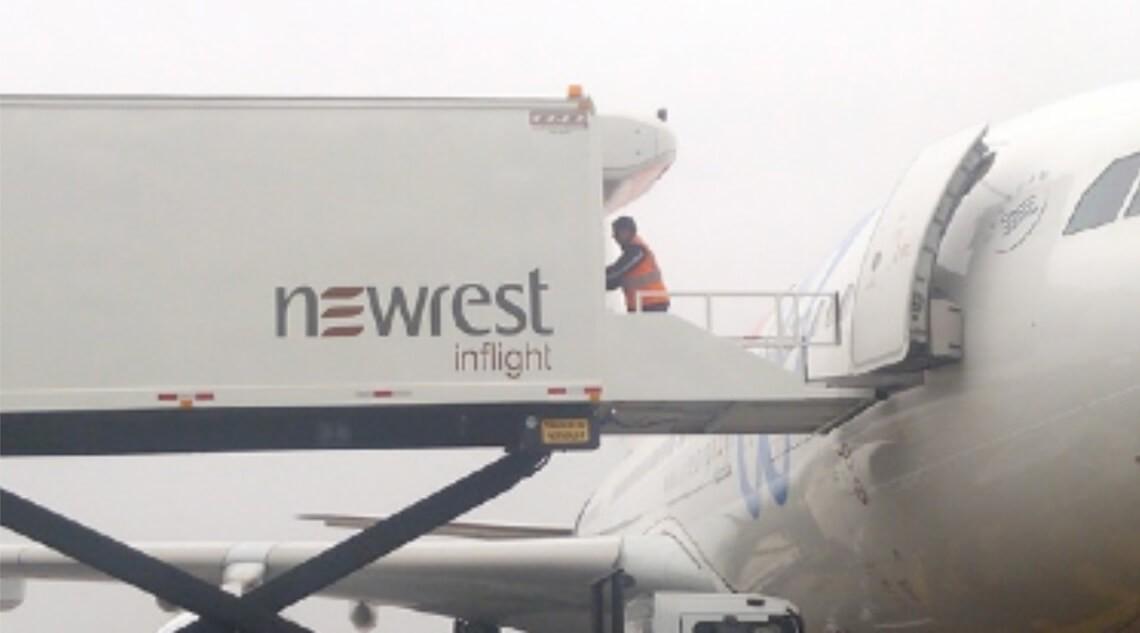 Avion au sol avec un camion Newrest à Lima