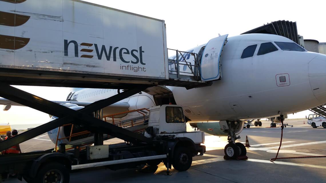 Avion au sol à l'aéroport de Marseille, se faisant livré par un camion Newrest