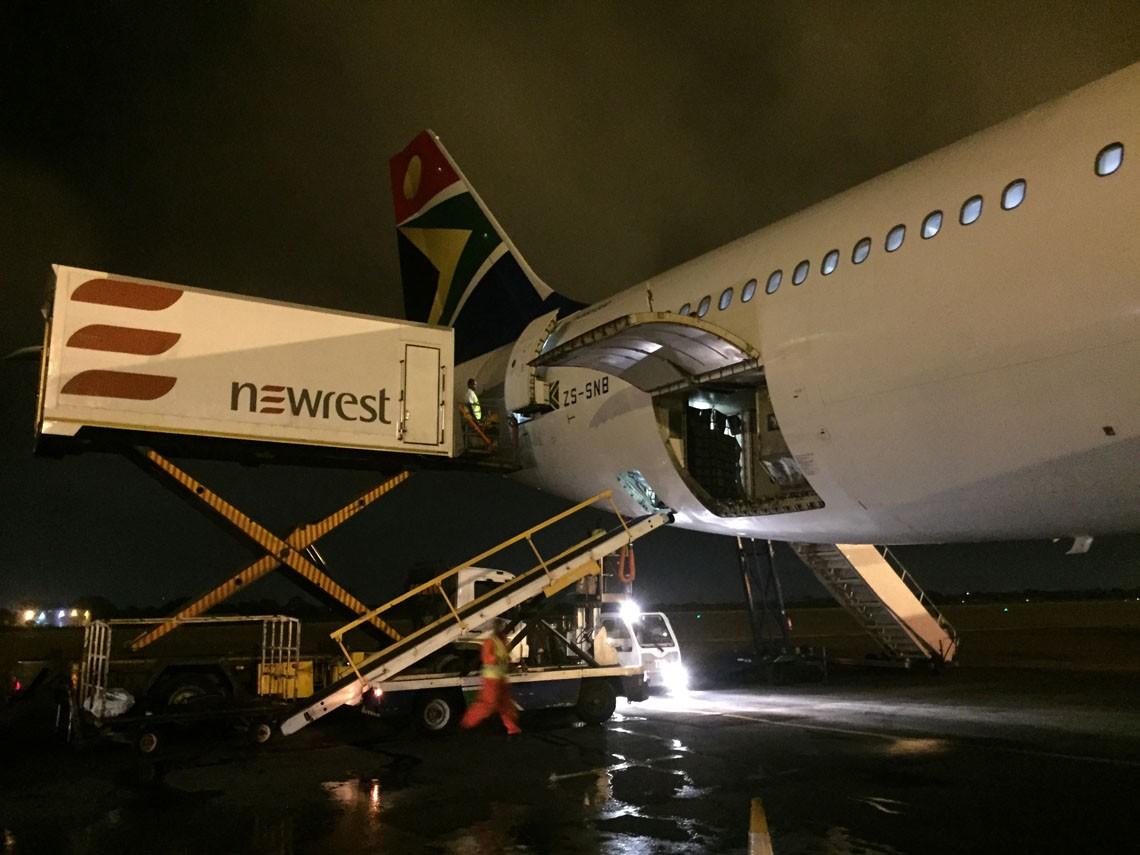 Avion au sol avec un camion de Newrest à Accra