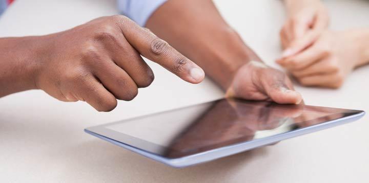 Tablette tactile utilisée par une personne