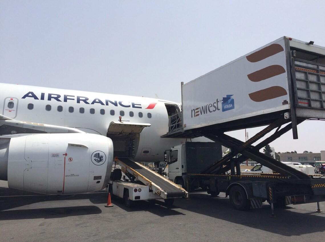 Avion au sol en plein chargement effectué par un camion Newrest sur l'unité de production de Rabat