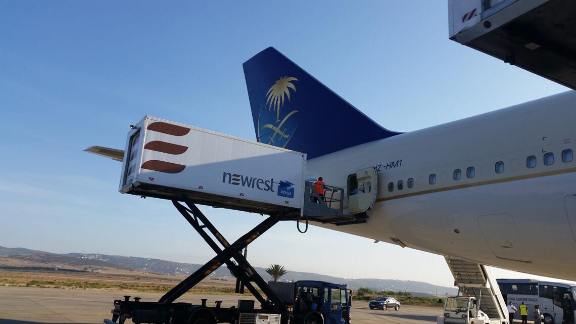 Avion au sol en plein chargement effectué par un camion Newrest sur l'unité de production à Tanger