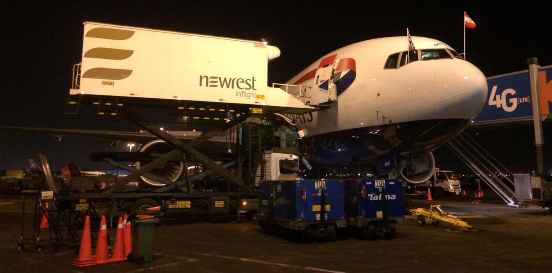 Avion de la compagnie British Airways à Lima, avec un camion du Groupe Newrest