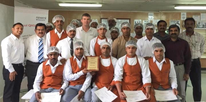 Equipe de Newrest en Oman recevant une récompense QHSE annuelle